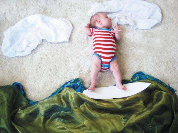 Bébé fait du surf
