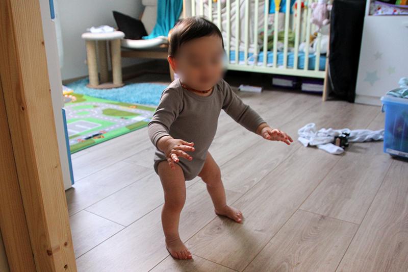 Bébé 8 mois debout