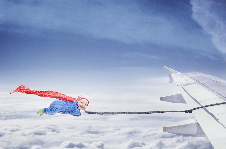 Bébé derrière un avion