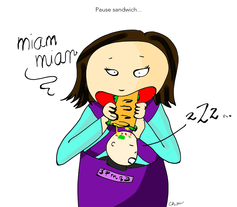 Maman mange sandwich au-dessus bébé