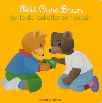 Petit ours brun tente de racketter son copain